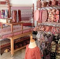 Passé les portes, s'ouvre un monde féerique propice à l'émerveillement. Le mobilier coloré sublime les produits