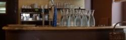 Le bar, avec des suspensions en paille d'or