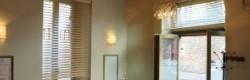 Plafond à la Française éclairé par un lustre en verre de Murano
